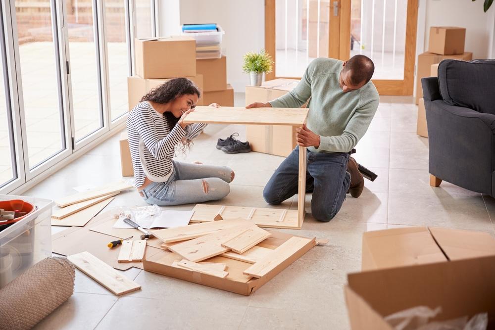 Mensen die meubels aan het demonteren zijn